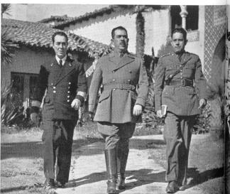El Gral. Lázaro Cárdenas con miembros de su Estado Mayor, cuando desempeñaba el cargo de comandante militar en el Pacífico, saliendo de sus oficinas en el ex-Hotel Playa de Ensenada. (Foto Archivo Casasola).